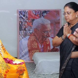 मुख्यमंत्री ने विश्व हिन्दू परिषद के दिवंगत संरक्षक स्व अशोक सिंघल के चित्रा के समक्ष पुष्प चढ़ाकर कर भावभीनी श्रद्धांजलि अर्पित की