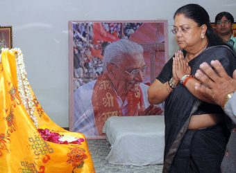 cm paying tributes to late a-singhal