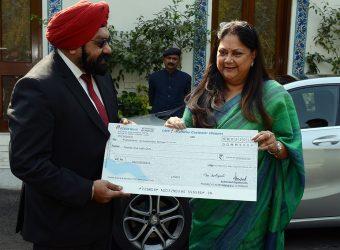 Vasundhara Raje - CM for jal swavlamban abhiyan presented a check of 27 Lakh