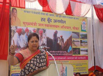 CM Vasundhara Raje in Jal Swavalamban Abhiyan done Shramdaan