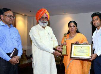 Vasundhara Raje - Gold trophy presented to CM Vasundhara Raje of Skills Development