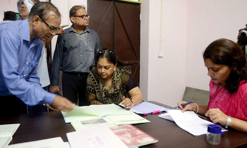 जोरदार बारिश के बीच मुख्यमंत्री ने लिया विकास कार्यों का जमीनी फीडबैक बिना किसी सूचना के घूमीं गांव-गांव