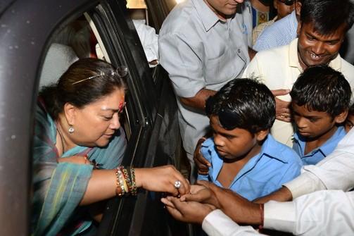 मुख्यमंत्री ने नेत्रहीन विद्यार्थियों को बांटी टाॅफियां