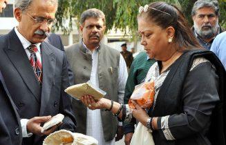 मुख्यमंत्री ने कैदियों द्वारा तैयार उत्पादों की प्रशंसा की
