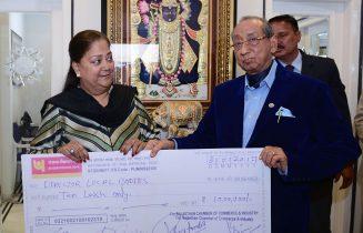 मुख्यमंत्री को अन्नपूर्णा रसोई के लिए 18 लाख 51 हजार रुपये के चैक भेंट