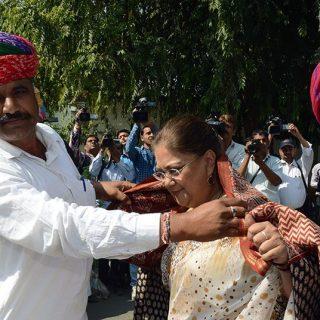 किसानों ने अपना साफा उतारकर मुख्यमंत्री के सिर पर रखा कहा आपने हमारी सारी तकलीफ दूर कर दी