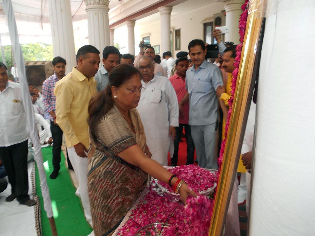 cm tributes suraj singh yadav 25042017
