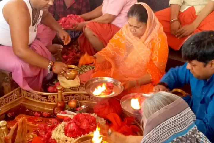 मुख्यमंत्री श्रीमती राजे ने उज्जैन के मंदिरों में देवदर्शन कर पूजा-अर्चना की