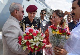 मुख्यमंत्री श्रीमती राजे ने दतिया में राष्ट्रपति श्री प्रणब मुखर्जी का स्वागत किया