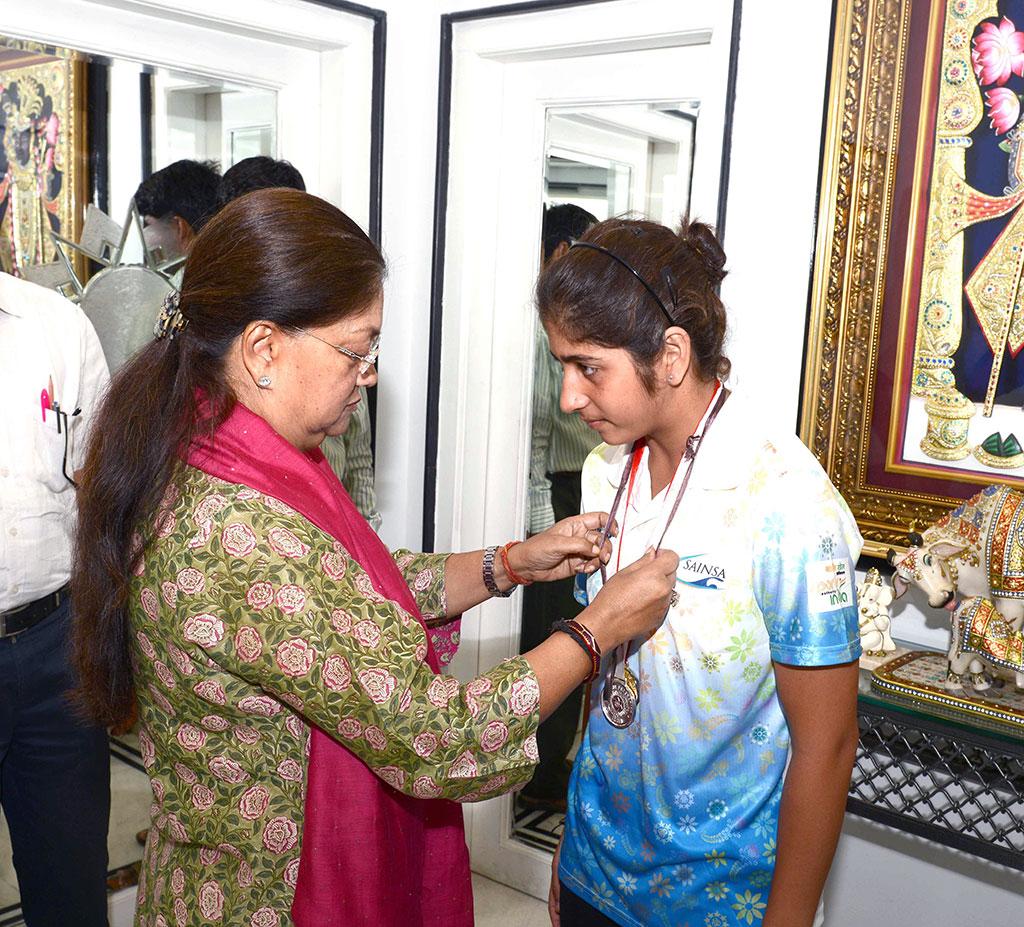 vasundhara raje congratulates swimming champion firdaush kayamkhani CMA_5388
