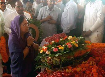 cm pays tributes mahant bhudevdas