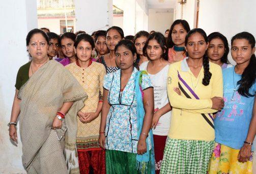 मुख्यमंत्री ने आदिवासी छात्रावास और कन्या छात्रावास का आकस्मिक निरीक्षण किया'आपका जिला-आपकी सरकार' मुख्यमंत्री श्रीमती वसुन्धरा राजे ने बूंदी जिले में 'आपका जिला-आपकी सरकार' कार्यक्रम के दूसरे दिन शुक्रवार को बूंदी शहर में अनुदानित आदिवासी छात्रावास का आकस्मिक निरीक्षण किया। श्रीमती राजे ने यहां अव्यवस्थाओं को लेकर नाराजगी व्यक्त की। ...