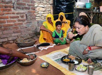 vasundhara raje lunch dalit family house apka zila apki sarkar bundi CMA_0107