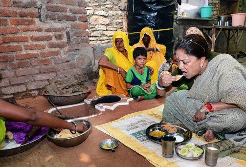 सास-बहू ने खाना बनाया, मुख्यमंत्री ने चाव से खायामुख्यमंत्री श्रीमती वसुन्धरा राजे ने 'आपका जिला-आपकी सरकार' कार्यक्रम के दूसरे दिन शुक्रवार को बूंदी जिले के माटुन्डा गांव में एक दलित परिवार के घर दोपहर का भोजन किया।...