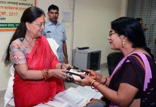 आंगनबाडी केन्द्र होंगे हाईटेक, मुख्यमंत्री ने आंगनबाड़ी कार्यकर्ताओं को दिए स्मार्टफोन