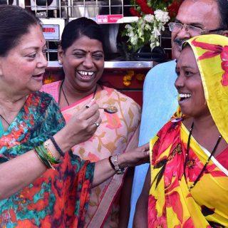 वाल्मिकी और मुस्लिम समाज की महिलाओं को निवाला खिलाकर मुख्यमंत्री ने किया अन्नपूर्णा रसोई का दूसरा चरण शुरू