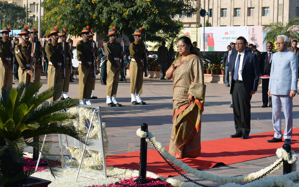 मुख्यमंत्री ने अमर जवान ज्योति पर शहीदों को श्रद्धांजलि दी