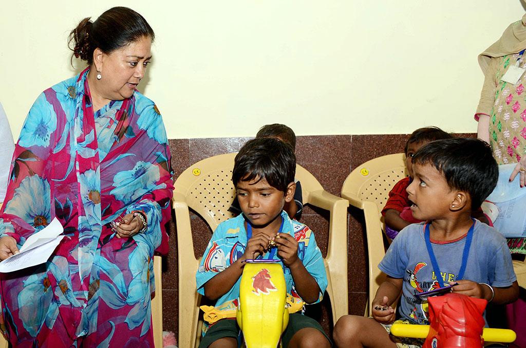 मुख्यमंत्री ने खिलौने बांटकर बच्चों के चेहरे पर बिखेरी मुस्कान