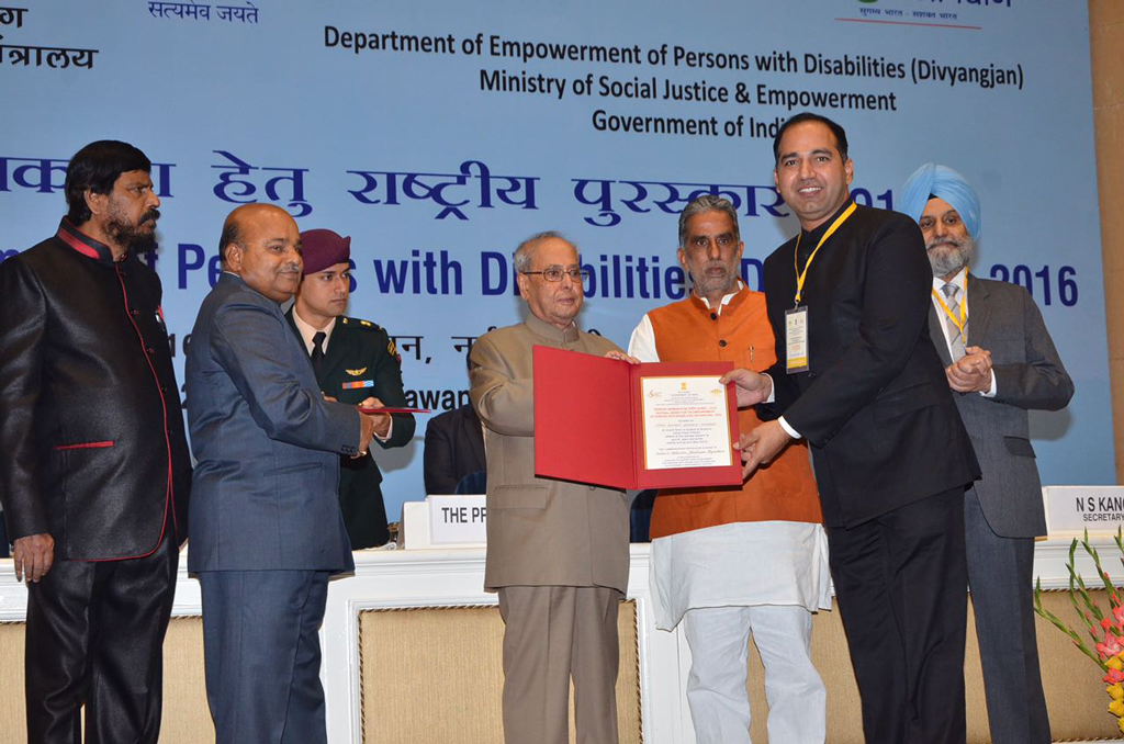 cm-jhalawar-collector-receiving-award03122016